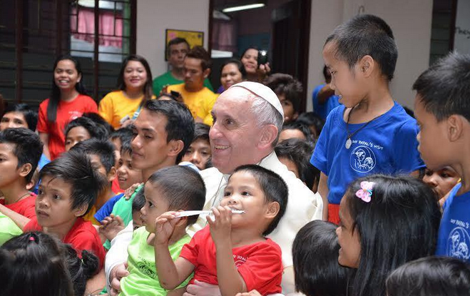 PEOPLE'S POPE: Pope Francis makes an unpublicized visit to Tulay Ng Kabataan (TNK), an institution dedicated to helping street kids, after the High Mass at the Manila Cathedral on January 16, Friday. (CBCP News photo)