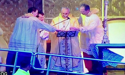 Pope Francis holds Holy Mass in Tacloban despite inclement weather due to Tropical Storm 'Amang.'