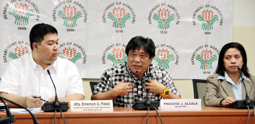 "Department of Agriculture (DA) Secretary Proceso J. Alcala (center), in a press briefing Thursday (Jan. 8), denied involvement in the so-called ""garlic cartel"". Also in photo (left/right) are Atty. Emerson U. Palad, DA Undersecretary for Field Operations and Spokesman; and OIC-Director Paz Benavidez II, of the Bureau of Plant Industry. (PNA photo by Jess M. Escaros Jr.)"