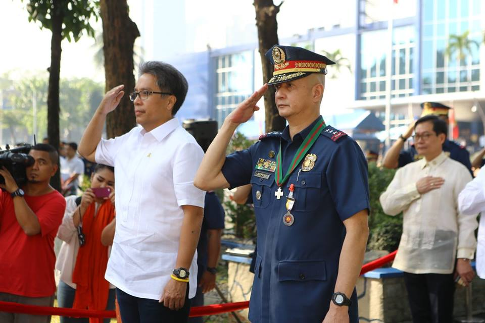 L-R: DILG Sec. Mar Roxas and PNP OIC Leonardo Espina at the 24th PNP Founding Anniversary on January 26, 2015 (Photo by Toti Navales)