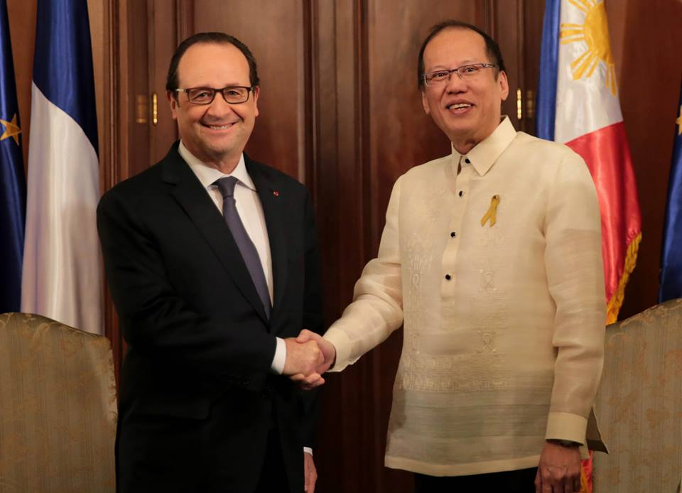 President Benigno S. Aquino III leads the welcoming ceremony for President François Hollande of the French Republic at Malacañan Palace. (Malacañang Photo Bureau)