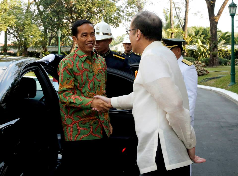 February 9, 2015 — President Joko Widodo of the Republic of Indonesia was in Malacañan Palace today, as part of his first state visit to the Philippines. After arrival honors led by President Benigno S. Aquino III, President Widodo signed the Palace Guest Book, and, with President Aquino, witnessed a signing of agreements between the Philippines and Indonesia, at the Palace Reception Hall. After an expanded bilateral meeting, the two leaders delivered remarks, after which President Aquino hosted a state dinner in honor of President Widodo and his spouse. (Photos by the Malacañang Photo Bureau).