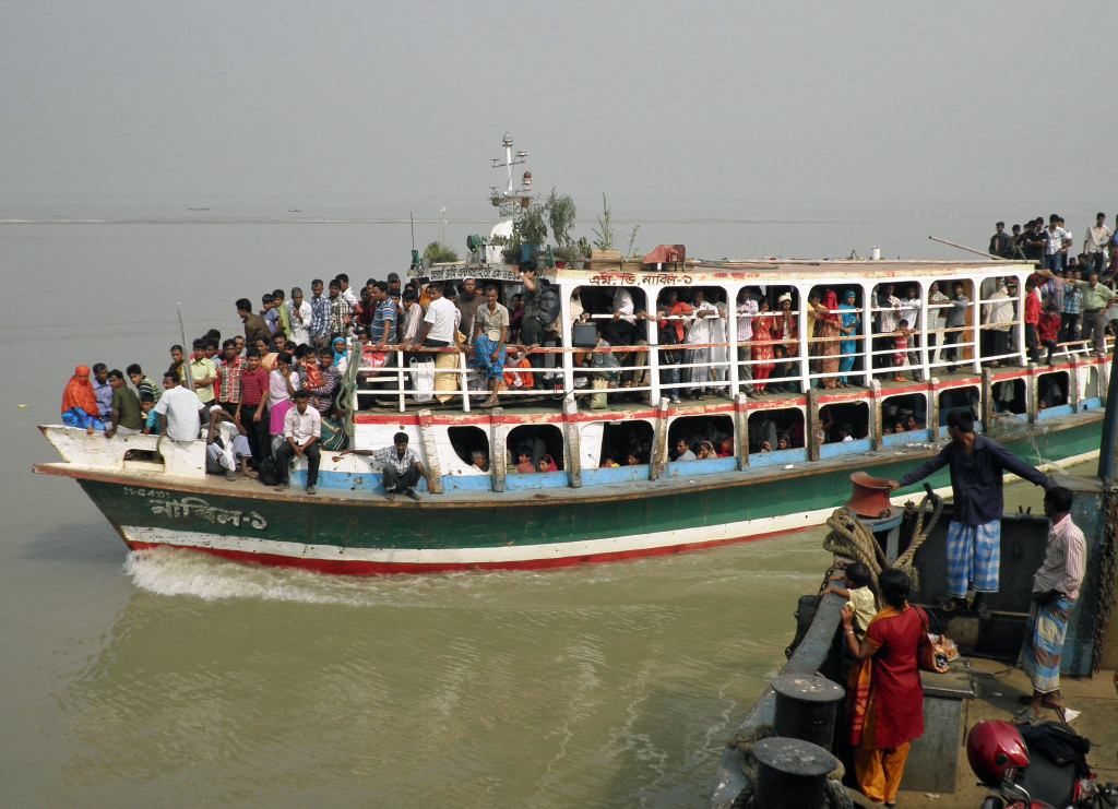 A full ferry along Padma River in Bangladesh (www.gci.org)