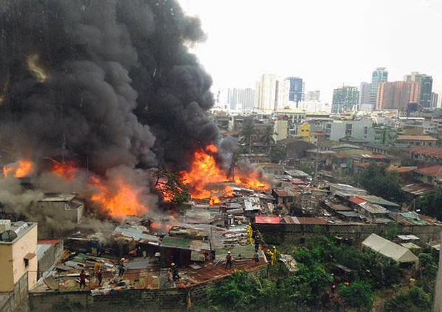 The fire raged through a Pasay City neighborhood, displacing 1,200 families. (Photo courtesy of ichanmrg via Twitter)