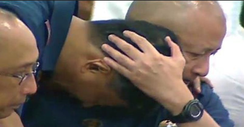 A weeing former SAF Commander Getulio Napenas approaches an emotional PNP OIC Leonardo Espina after the latter's moving speech at the Senate hearing on the Mamasapano clash (screenshot from GMA News footage)