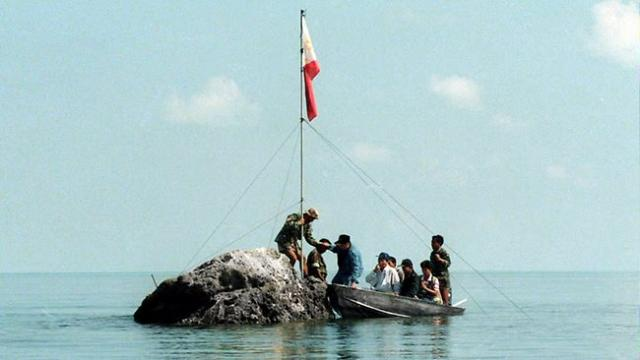 Filipinos at Bajo de Masinloc / Panatag Shoal (Photo courtesy of the Philippine Embassy in Norway)