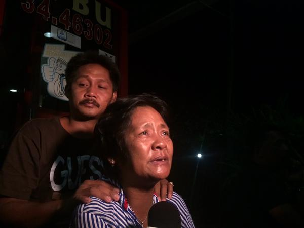 Mary Jane Veloso's mother (center) thankful after hearing the news that her daughter was reprieved. (Photo from Jet Damazo-Santos' Twitter account)