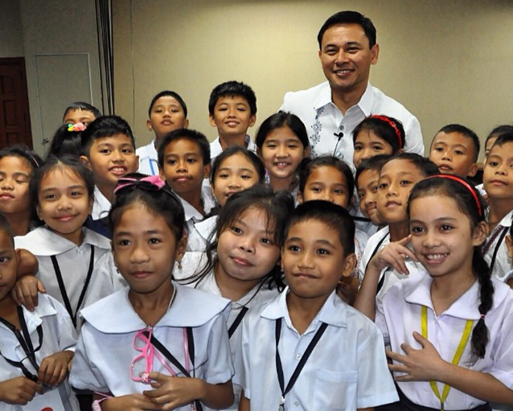 Sen. Sonny Angara with students (screengrab from @sonnyangara on Instagram)