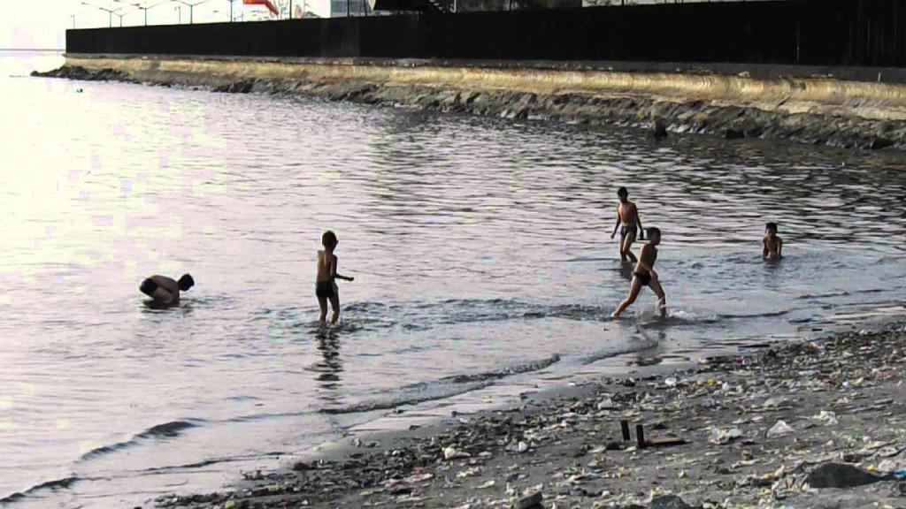 Kids taking a swim in Manila Bay (screenshot from Sheryll Pink's YouTube video)