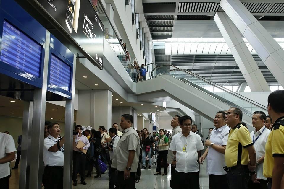 President Benigno Aquino III inspects NAIA (Malacanang Photo Bureau)