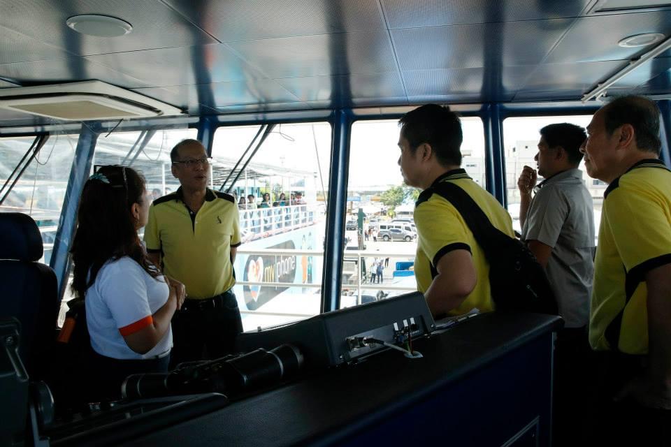 President Benigno Aquino III inspects Batangas pier (Malacanang Photo Bureau)