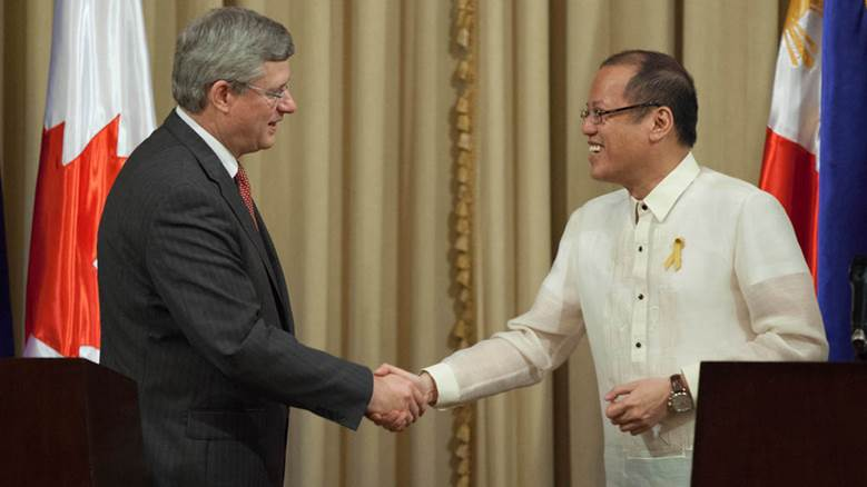 PM Stephen Harper shakes hands with Philippine President Benigno Simeon Aquino III in 2012 (parl.gc.ca)