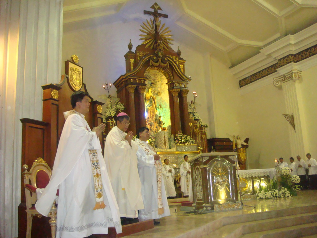 Malolos Bishop Jose Francisco Oliveros in a solemn mass at the Malolos Cathedral (Photo by Ramon Velasquez/Wikipedia)