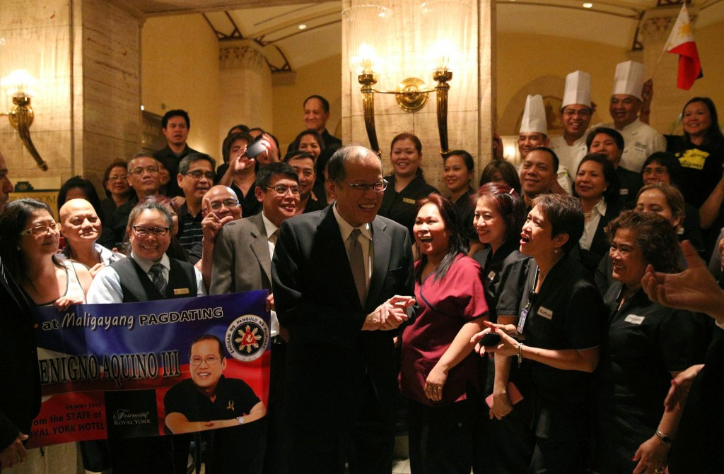 (TORONTO, Canada) President Benigno S. Aquino III is welcomed by the officers and staff of the Philippine Consulate General in Toronto upon arrival at the Fairmont Royal York Hotel during his State Visit to Canada. (Photo by Ryan Lim/ Malacañang Photo Bureau)