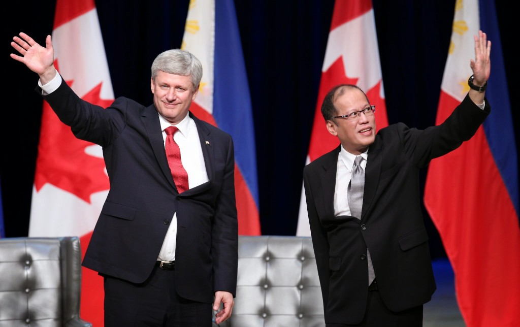 (TORONTO, Canada) President Benigno S. Aquino III and The Right Honourable Stephen Harper, Prime Minister of Canada acknowledge the cheers of the crowd during the Reception hosted by PM Harper in Honor of President Aquino and the Filipino Community at the Roy Thomson Hall for his State Visit to Canada. (Photo by Ryan Lim/ Malacañang Photo Bureau)