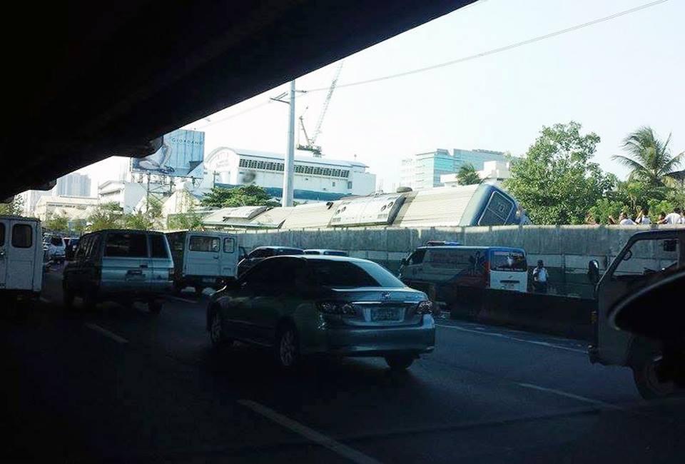 PNR train derailed along Magallanes (Photo: Denmark Samson Marcelino via Facebook)