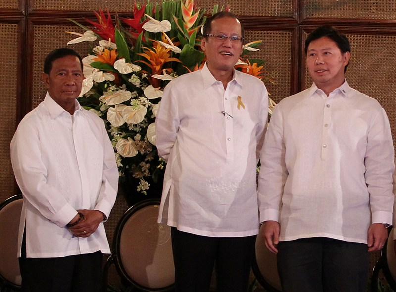"""President Benigno S. Aquino receives from Power Sector Assets and Liabilities Management Corporation (PSALM) president and chief executive officer Emmanuel Ledesma, Jr. the dividend check amounting to P2.5-billion to be remitted to the National Treasury during the 2014 Government-Owned and Controlled Corporations (GOCC) Dividends Day at the Rizal Hall of the Malacañan Palace on Monday(June 09). A total of 49 agencies remitted P32.31-billion to the National Treasury, surpassing the collections made last year, with nine GOCCs belonging to the elite circle, the so-called """"Billionaire's Club"""", for having remitted at least P1-billion to the government. Also in photo is Vice President Jejomar Binay. (Photo by Benhur Arcayan / Malacañang Photo Bureau)"""