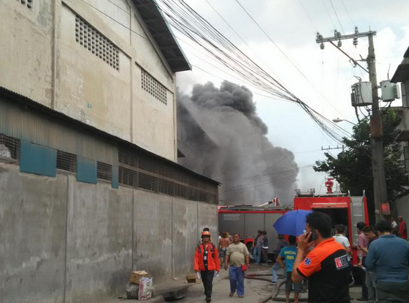 Slipper factory in Barangay Ugong, Valenzuela City is engulfed by a thick smoke from the fire. (Photo courtesy of Valenzuela City Twitter account)