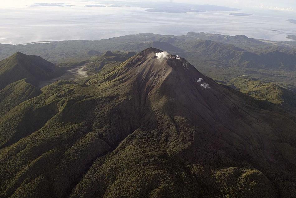 Mount Bulusan seen from above (Photo: www.80joursvoyages.com via Wikipedia / Phivolcs)
