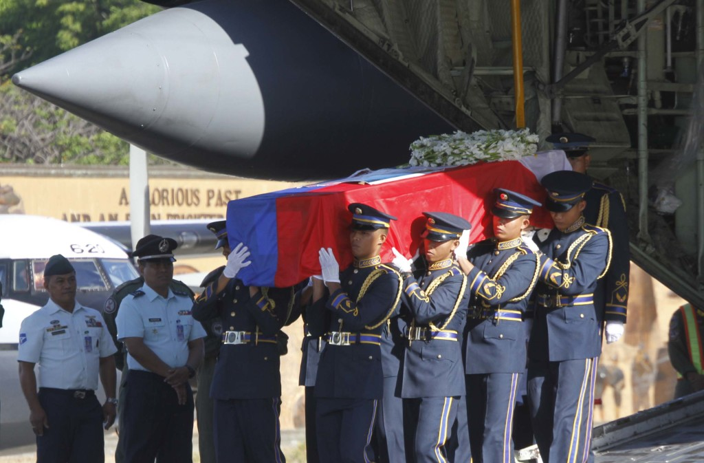 Philippine Air Force (PAF) honor guards carry the remains of Philippine Ambassador to Pakistan Domingo Lucenario that arrived at Villamor Air Base in Pasay City on board a Pakistan Air Force aircraft Wednesday morning (May 13, 2015). Lucenario died in a chopper crash in northern Pakistan on May 8. (PNA photo by Avito C. Dalan)