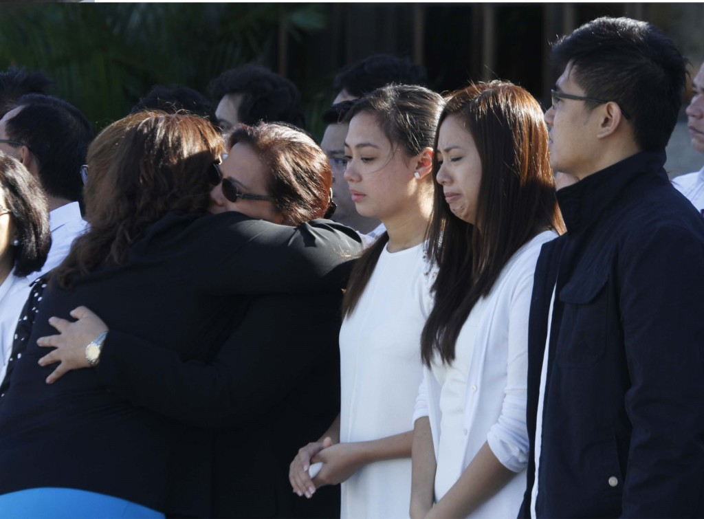 The grieving wife and children of Philippine Ambassador to Pakistan Domingo Lucenario Jr. welcome his remains that arrived at Villamor Air Base in Pasay City Wednesday morning (May 13, 2015) on board a Pakistan Air Force aircraft (PNA photo by Avito C. Dalan)