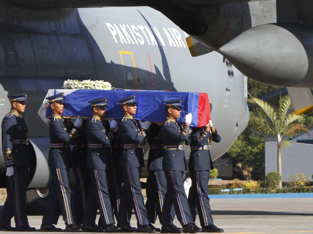 Hhonor guards of the Philippine Air Force (PAF) carrying the remains of Ambassador Lucenario who died in a chopper crash in northern Pakistan on May 8. (PNA photo by Avito C. Dalan)