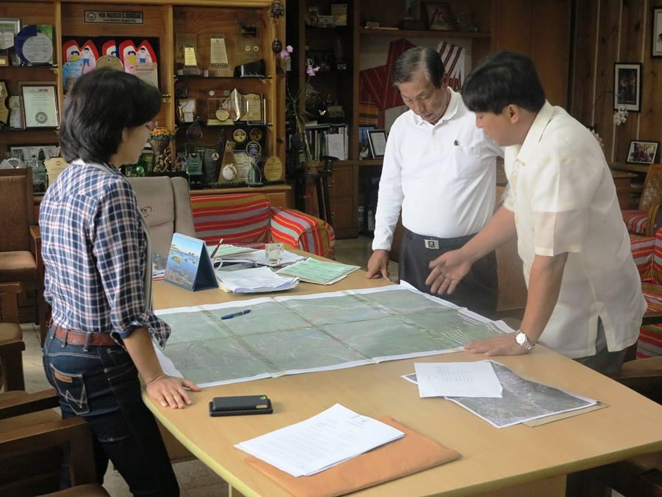 Baguio City Mayor Mauricio Domogan discussing with Vice Mayor Bensaulozacheus L. Marinas (Sison, Pangasinan) the TPLEX alignment from Urdaneta to Sison, Pangasinan (Mauricio Domogan / Facebook)