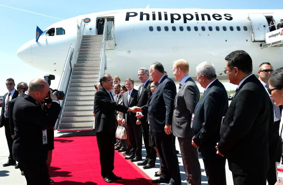 PNoy welcomes by Canadian officials upon arrival (Photo by Gil Nartea / Malacañang Photo Bureau)