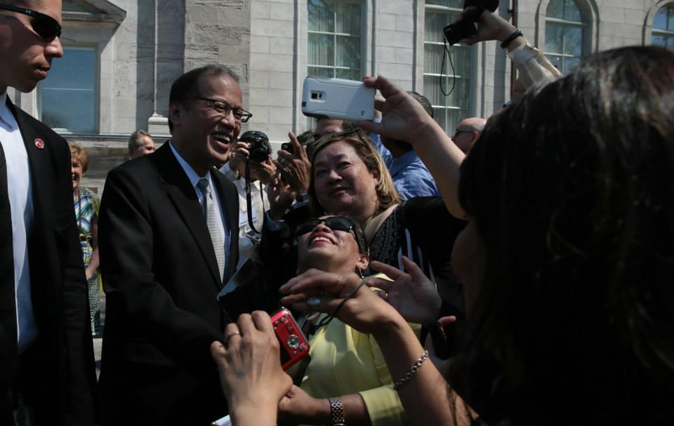FIlipino-Canadians take a selfie with PNoy outside Rideau Hall (Photo by Benhur Arcayan / Malacañang Photo Bureau)