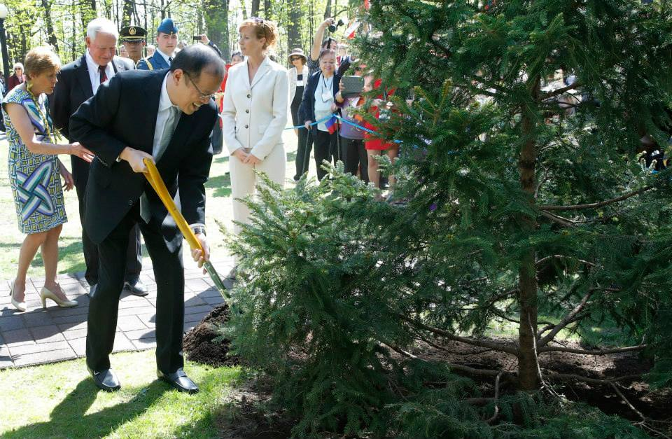 PNoy plants a tree next at the RIdeau Hall grounds. He planted his tree next to the tree his mother -- former President Corazon Aquino -- planted in 1989 (Photo by Gil Nartea / Malacañang Photo Bureau)