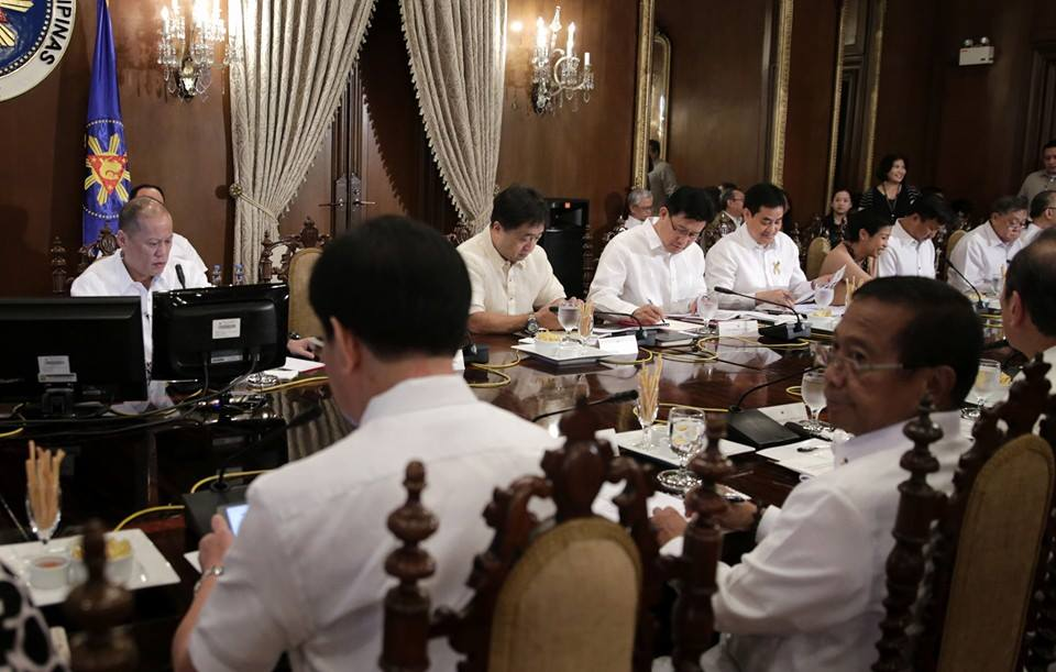"President Benigno ""Noynoy"" Aquino III (left) and Vice President Jejomar ""Jojo"" Binay (right) in a Cabinet meeting prior Binay's resignation (Photo from Aquino's official Facebook page)"