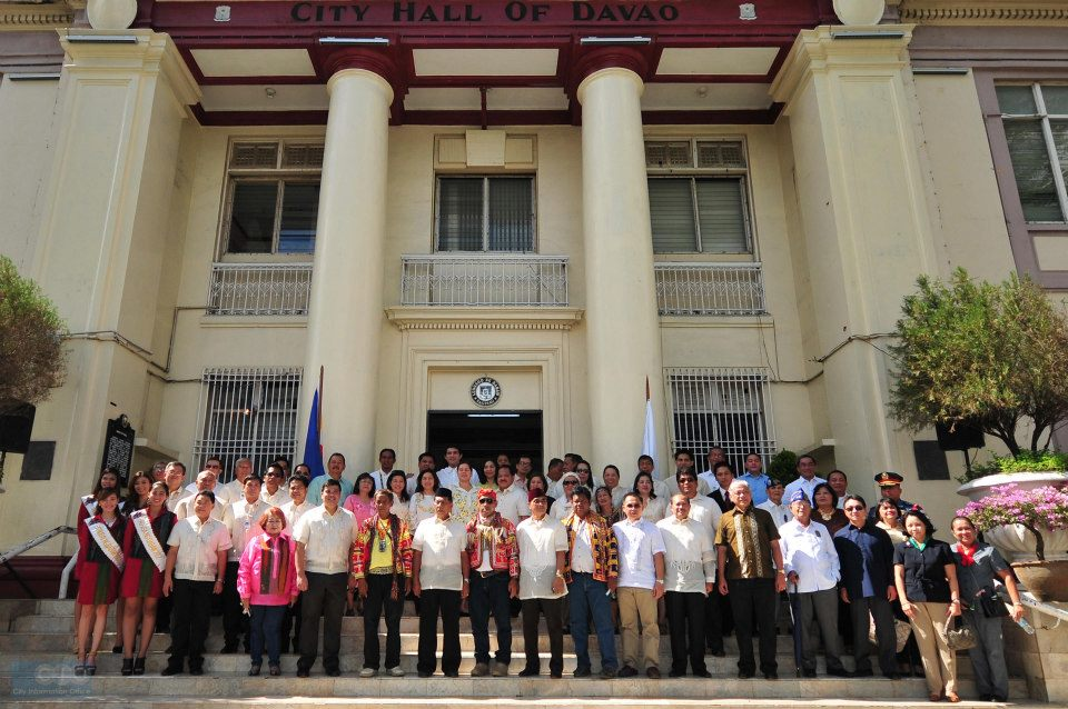 Government employees in front of the Davao City Hall (Photo from the City Government of Davao's official Facebook page)