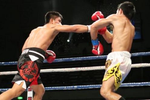 Mark Magsayo (left) (Photo courtesy of PhilBoxing/Dong Secuya)