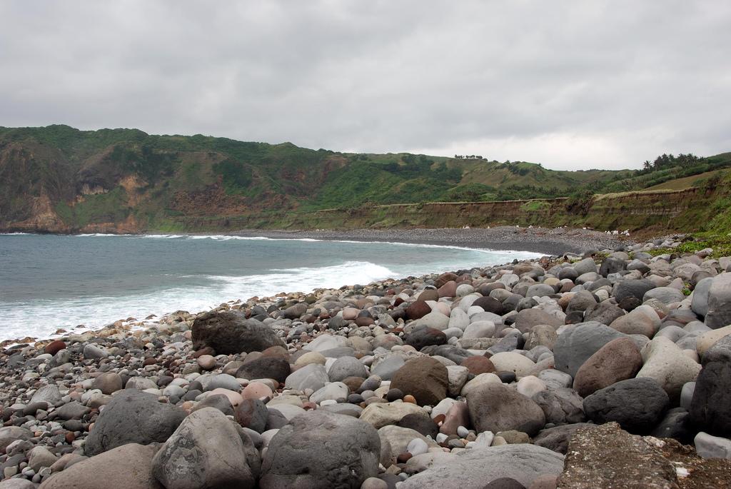 A rocky shore in Valuga Beach, Batanes (Wikipedia image/Anne Jimenez)