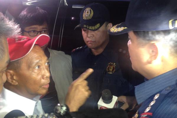 VP Jojo Binay confronting a policeman outside the Makati City Hall, Monday night, June 29, 2015 (screenshot from YouTube footage)