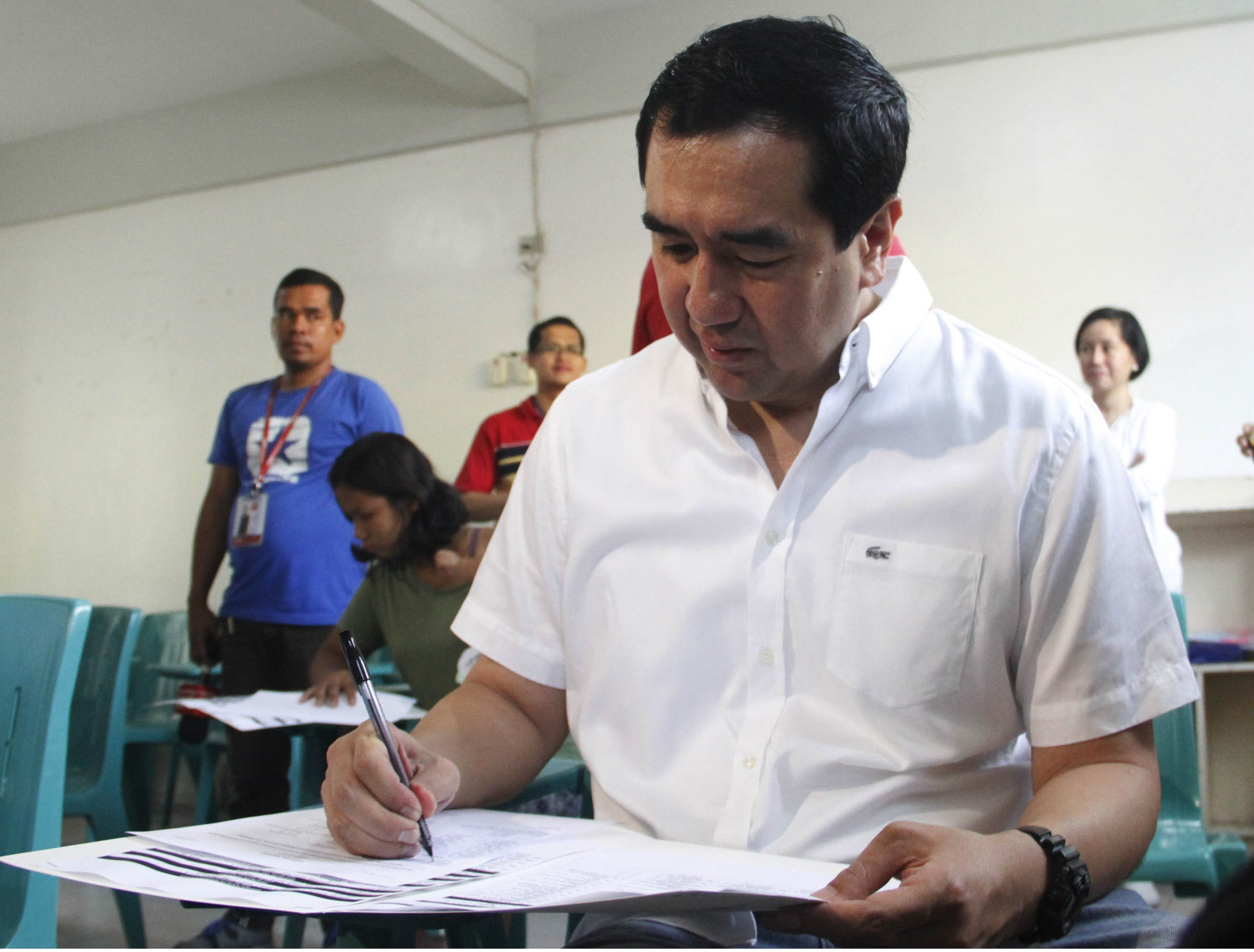 """Commission on Election Chairman Andres """"Andy""""Bautista cast his votes during the Mock Elections to test the Precinct Automated Tallying System (PATAS) proposed by former Commissioner Augusto Lagman and other IT experts organizations on Saturday, June 27,2015 at the Bacoor National High School Annex, Poblacion, Barangay Tabing Dagat, Bacoor City, Cavite (Avito C.Dalan / PNA)"""