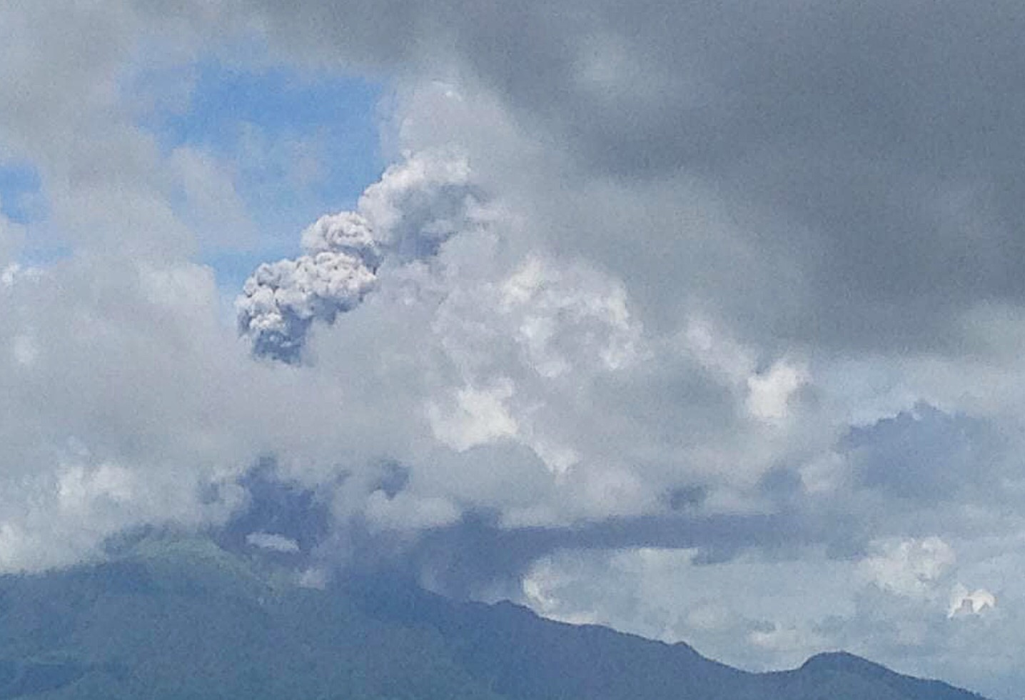 Phreatic explosion or ash explosion of Mount Bulusan in Sorsogon (Photo courtesy of Mon Lorilla / @SeekGoodLife / Twitter)