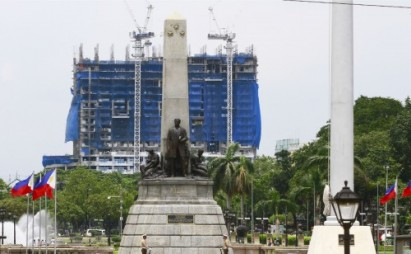 Torre de Manila obstructs the skyline view behind the iconic Rizal Monument in Luneta Park (Bernard Testa / Facebook)