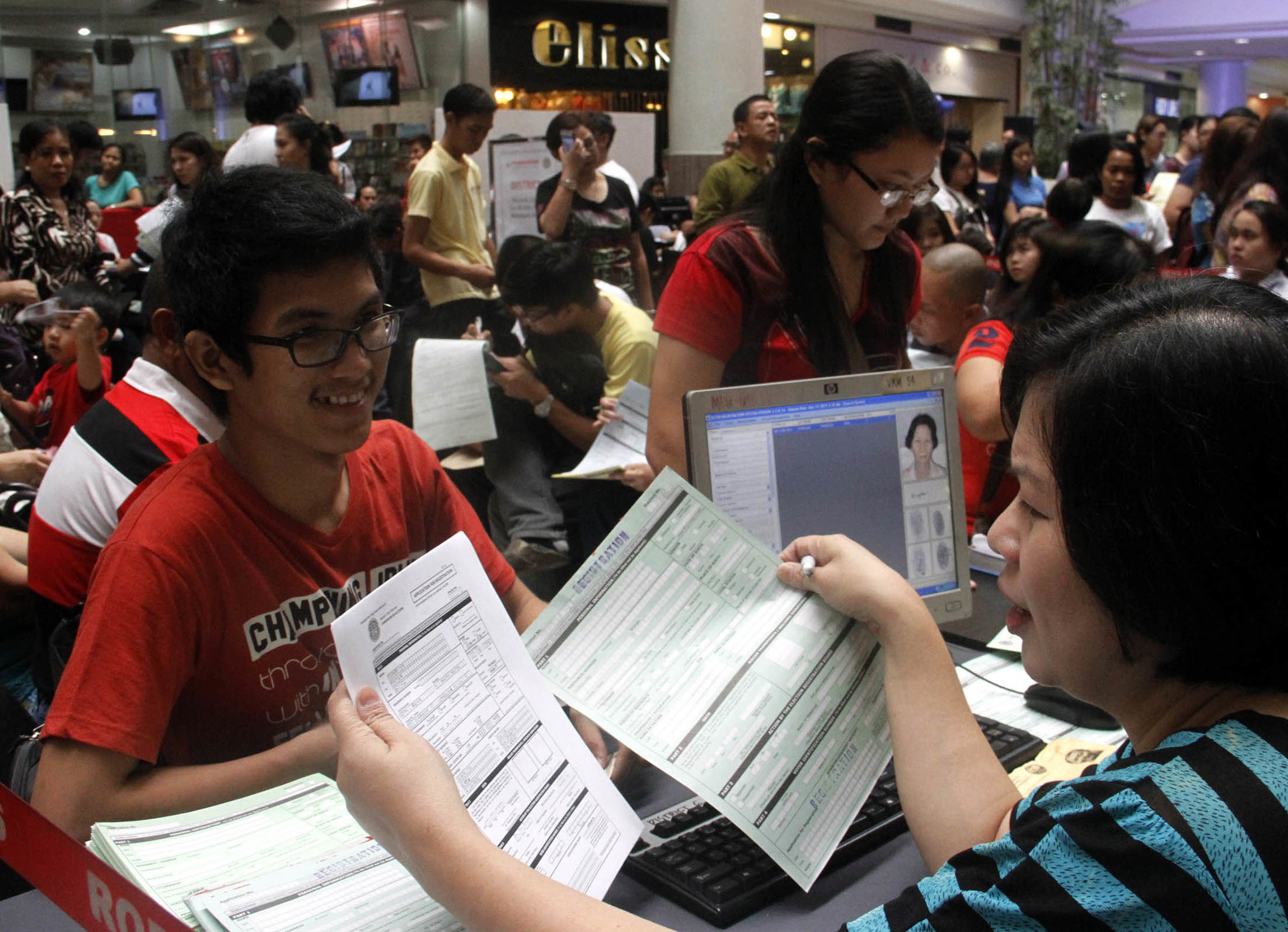 FILE: Over 118,000 individuals have so far registered for overseas absentee voting since the registration started over a year ago, the Commission on Elections - Office for Overseas Voting (Comelec-OFOV) said on Monday. (Avito C.Dalan / PNA)