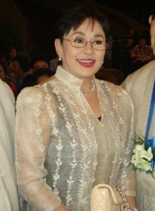 "Governor Vilma Santos-Recto at Danny Dolor's ""Alitaptap"" Movie Posters Exhibit in Lipa City, Batangas (Wikipedia photo)"