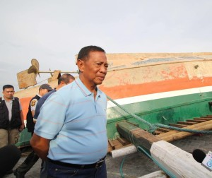 Vice President Jejomar 'Jojo' Binay surveys the ruins of M/V Kim Nirvana B (Photo courtesy of Binay's Official Facebook Page)