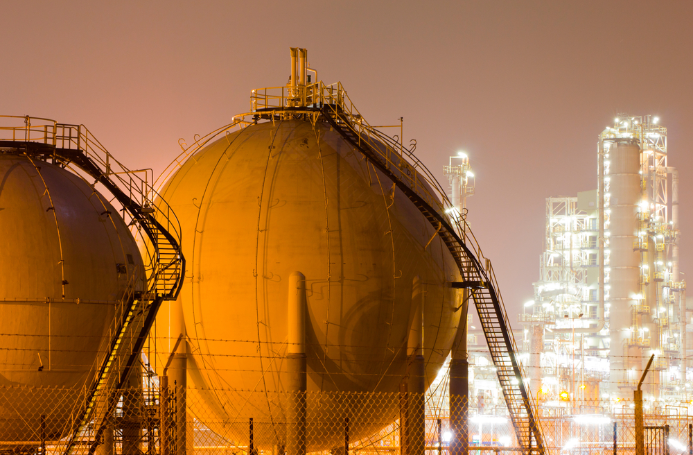 A large oil refinery containing liquefied natural gas (Claffra / Shutterstock)