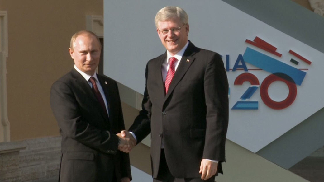 Prime Minister Stephen Harper is greeted by Vladimir Putin, President of the Russian Federation, upon his arrival at the Konstantinovsky Palace for the G-20 Summit (PM.GC.CA)
