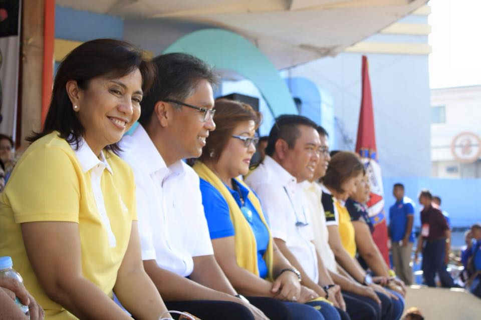 Camarines Sur Representative Leni Robredo beside Liberal Party (LP) standard bearer Mar Roxas and other LP stalwarts. (Photo from Robredo's Facebook page)