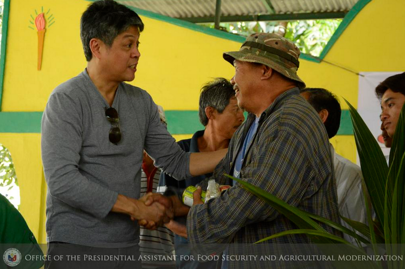 "Francis ""Kiko"" Pangilinan at the PCA's Cocolisap Caravan at San Luis, Batangas. (Photo from Pangilinan's official Twitter account)"