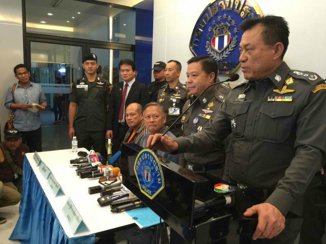 The Thai police presents the arrest of former politicians Joel Reyes (seated, right) and his brother Mario (seated, left). (Photo from the Bureau of Immigration)