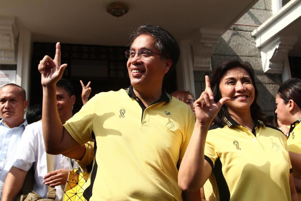 Presidential aspirant Mar Roxas and running-mate Leni Robredo  (Photo from Roxas' official Facebook page)