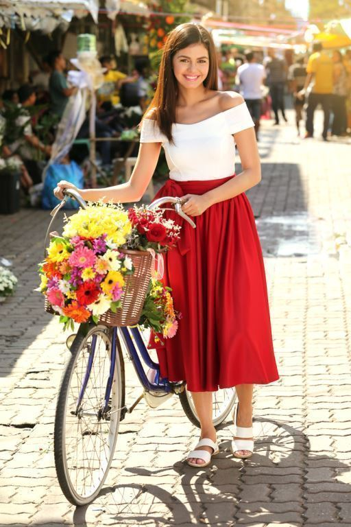 Janine Gutierrez found a unique way to promote her upcoming series - giving out red roses to strangers she met along the way.(Contributed photo)