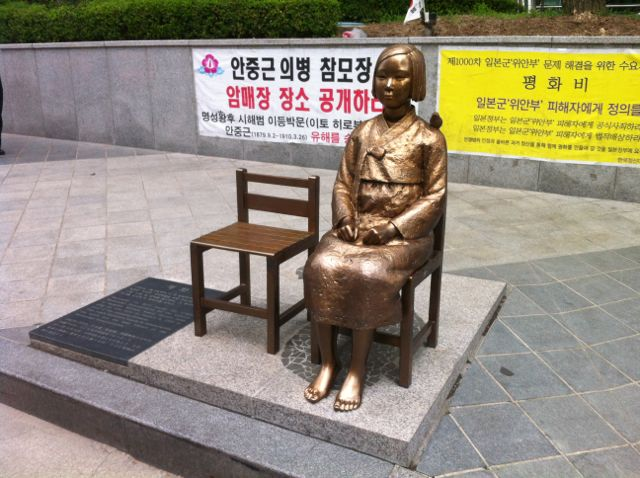 Seoul is considering relocating a statue of a girl symbolizing the issue of so-called comfort women from in front of the Japanese Embassy in the South Korean capital (Internet photo)