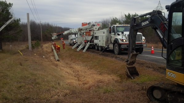 Crews of Hydro One repair broken poles in Newington during Christmas (Twitter photo)
